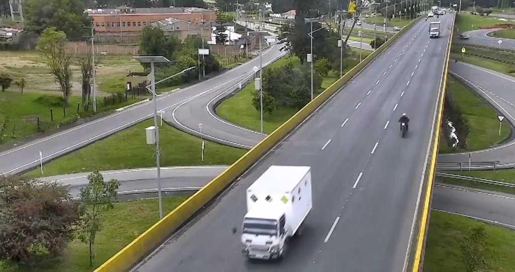 Video camión impacta a ciclista y lo lanza a través de un puente