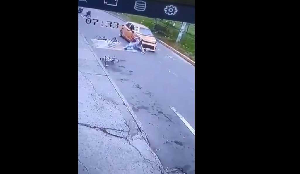 Taxista arrolla 4 ciclistas