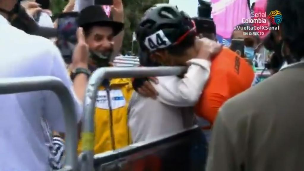 Abrazo Camargo madre Campeón Vuelta a Colombia 2020