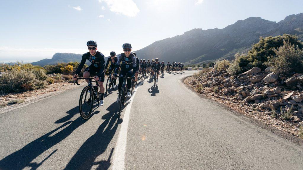 Jai Hindley junto al DSM previo al Giro de Italia 2021