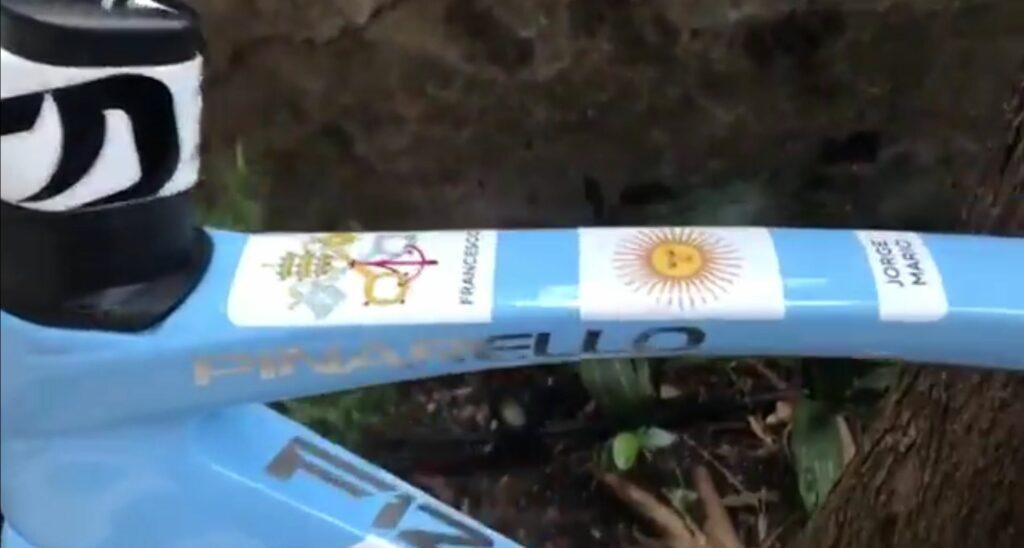 detalles de la bicicleta que Egan Bernal le regaló al Papa Francisco foto