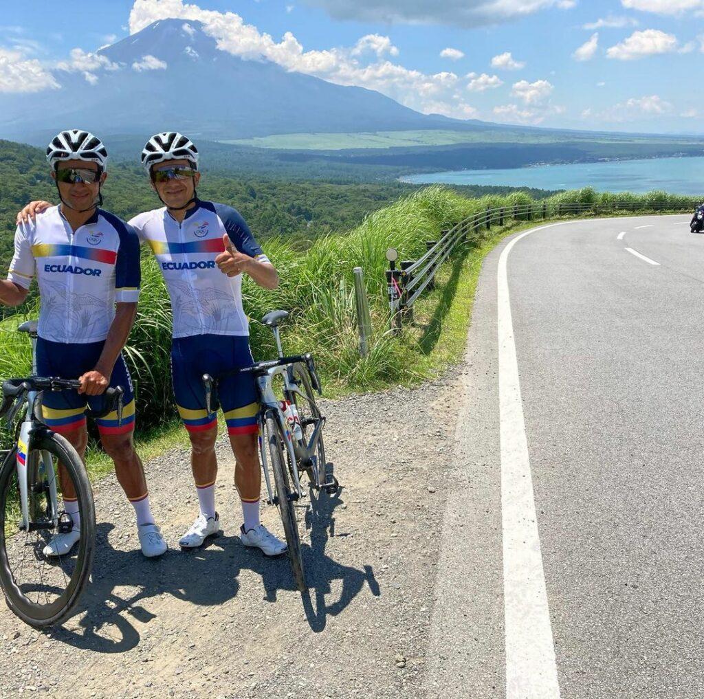 Richard Carapaz y Jhonatan Narváez, ciclistas de la Selección de Ecuador, en un entrenamiento previo a la prueba de ruta en los Juegos Olímpicos 2020