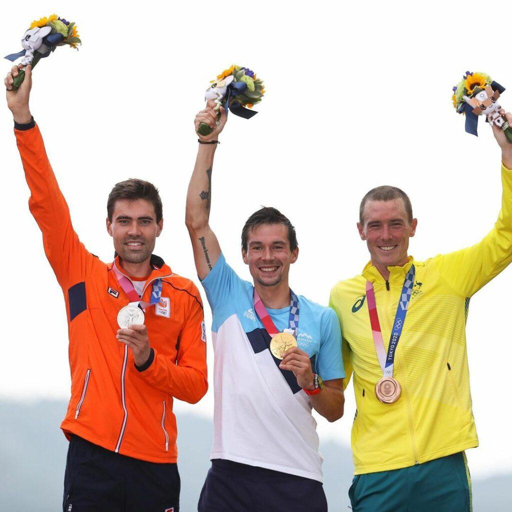 Primoz Roglic, Tom Dumoulin y Rohan Dennis en el podio, tras la crono en Tokio 2020