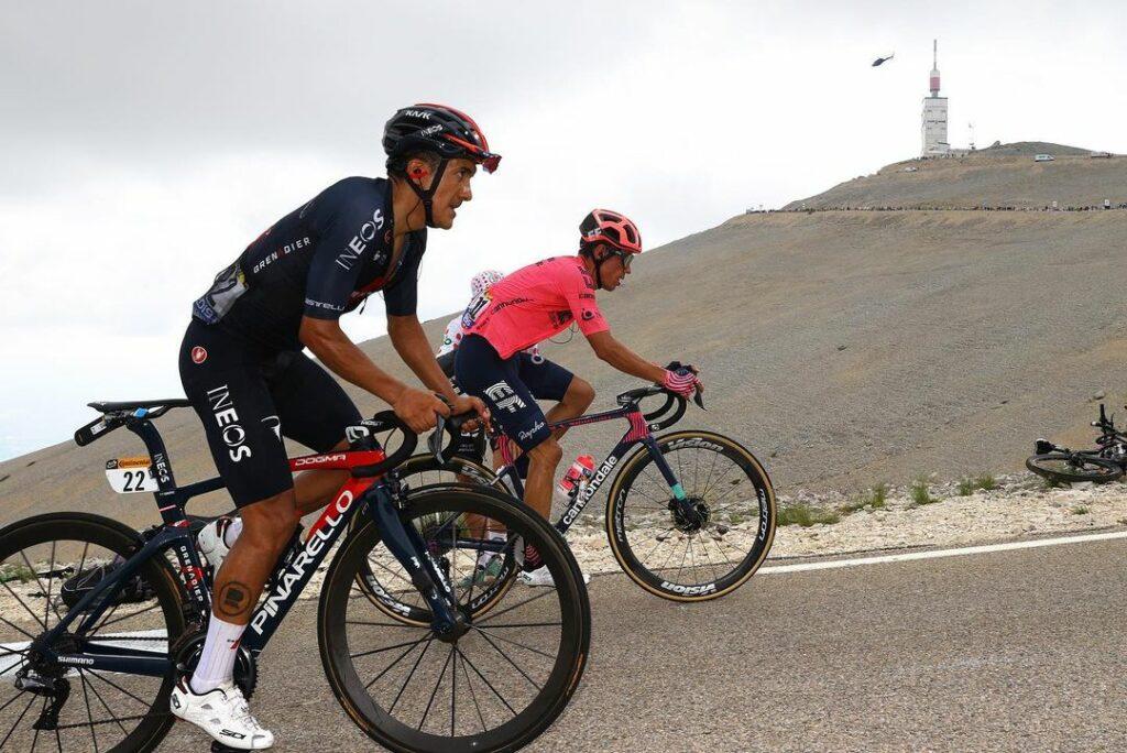 Rigoberto Urán y Richard Carapaz durante la etapa 11 del Tour de Francia 2021, ascendiendo al Mont Ventoux