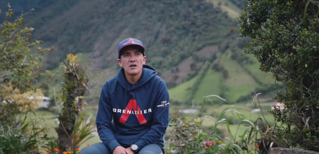 Richard Carapaz con montañas atrás