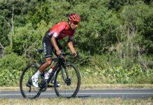 Nairo Quintana de pie en la bicicleta